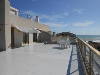 Ref 193.- Atico con gran terraza, cerca de la playa, pkg y piscina comunitaria