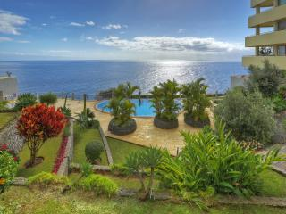 3-BEDROOM APARTMENT WITH POOL - SEA VIEWS, Funchal