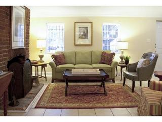 Beautiful one bedroom with a  view of historic Chatham Square, Savannah