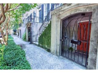 Cozy Garden Apartment with a Beautiful Courtyard Located on Troup Square, Savannah