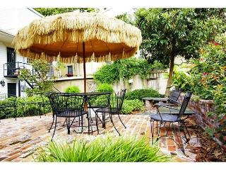 Garden home on Chatham Square with private parking, Savannah