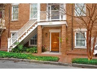 Stay Local in Savannah: Large 1 bedroom garden home with an updated kitchen