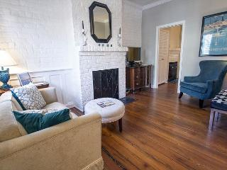 Stay Local in Savannah: Cottage on Congress w/ private parking & courtyard