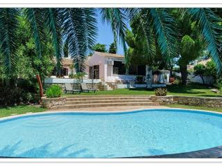 Amazing Villa on the beach and near the strip, Albufeira