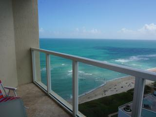 LA PERLA OCEANFRONT ON THE BEACH  2/2 ON 22TH FL, Sunny Isles Beach