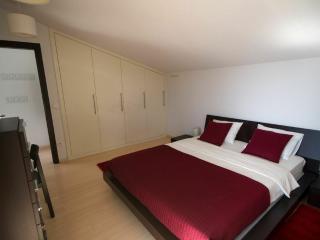 Bordeaux bedroom - queen size bed