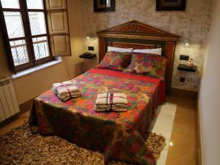 Dormitorio principal, exterior con cama de 190x135, armario empotrado y baño propio