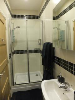 Rear bedroom en-suite shower room