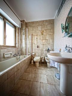 bathroom of the yellow room (bathroom inside the room)