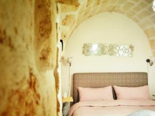 Chic and cozy central Ostuni holiday home, sea view rooftop terraces 20m piazza