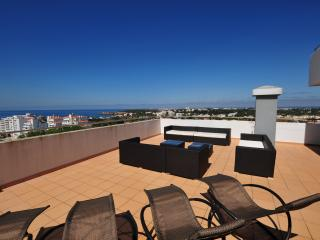Luxury 9th Floor 4 Bedroom Apartment - Ocean Views, Praia da Rocha