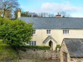 UPPER HAREWOODS COTTAGE, lakeside cottage with woodburner, WiFi, near Brompton Regis, Ref 25682