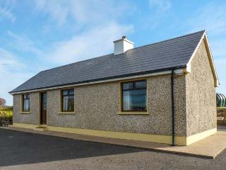 THE CROMLECH COTTAGE, detached cottage by historic Dolmens, woodburner, garden, near Narin, Ref 919578, Narin-Portnoo