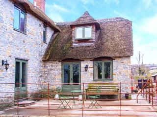 PLOUGH COTTAGE, thatched, enclosed patio, WiFi, Ref. 920041