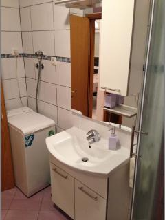 A4 (7+1): bathroom with toilet
