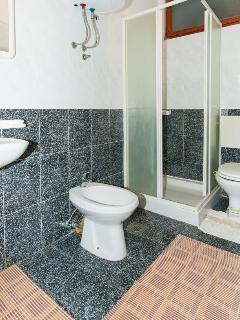 Lara (2): bathroom with toilet