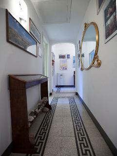 Corridoio fra parte comune e zona riservata per ospiti- The hallway separating the common/guest zone