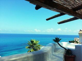 Room with direct beach access and garden sea view, Tropea