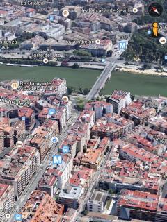 Imagen aérea con perspectiva de nuestro apartamento, abajo a la derecha, y el cercano centro