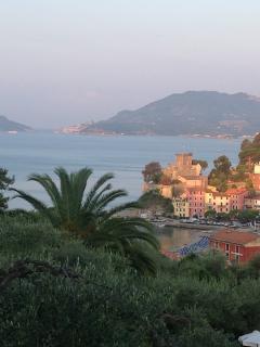 vista del borgo antico dalle alture alle spalle del paese