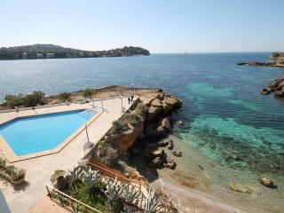 SANTA PONSA FRONT LINE WITH SWIMMING POOL