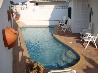 Holiday Villa with Wifi & Pool in the Algarve, Almadena