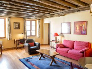 Rue du Temple. Spacious 1 bedroom in the Marais. Classical and peaceful.