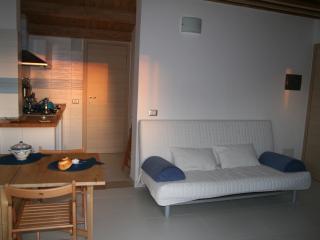 Cucina attrezzata con  divano letto,bagno privato,terrazzino con vista