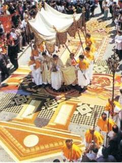 Processione il giorno dell'Infiorata