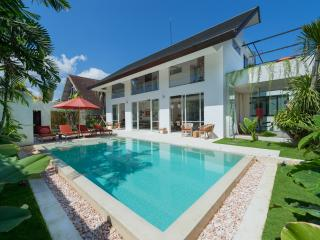 Alina, Luxury 3BR Villa in Oberoi, Seminyak