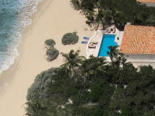 LES PALMIERS... OMG! the ultimate love nest on the beach!, St. Maarten