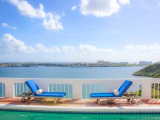 MAISON DE MIKI... 4 BR with almost 360 degree view of St. Martin... wonderful!!, Terres Basses