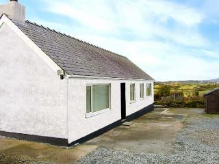 CERRIG-YR-EIRIN, detached bungalow with WiFi, lawned meadow garden, rural