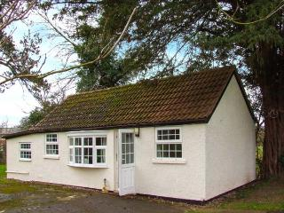THE COTTAGE, pet friendly, country holiday cottage, with a garden in Kinnersley, Ref 919786