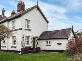DIGLIS LOCK COTTAGE, woodburning stoves, garden, pet-friendly, WiFi, riverside cottage in Worcester, Ref 920445