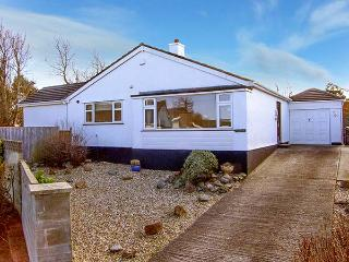TEGFAN, detached bungalow, luxury holiday home, walking distance to beach, in Trearddur Bay, Ref 921302