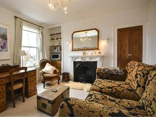 SALT BOX COTTAGE, Victorian terraced, five minutes from sea front, WiFi, enclosed courtyard, Ref 921648, Scarborough