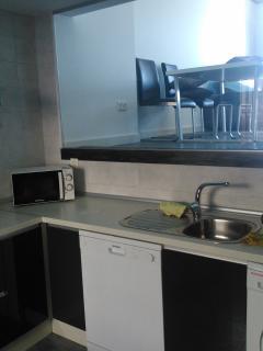 cocina amueblada con vistas al salón