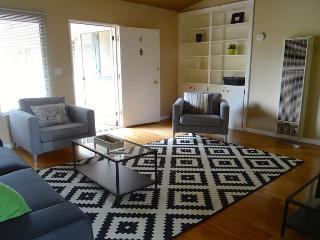 2BR Great Central Apartment, Sleeps 4, Santa Barbara