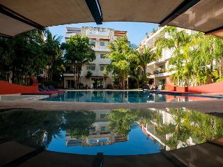 GREAT & QUIET * MAMITAS BEACH * GYM *JACUZZI * UP 6 PEOPLE * FREE INTERNET, Playa del Carmen
