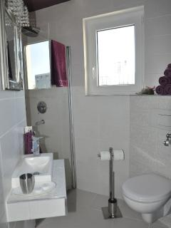 H(5+2): bathroom with toilet