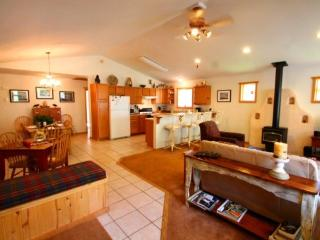 Casa de Manana - Spacious Single-level Home in Tenderfoot, Front Deck, Washer/Dryer, Red River