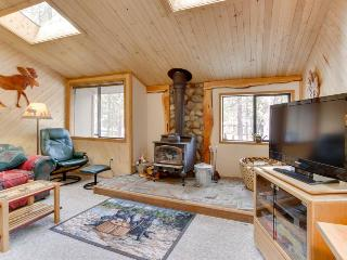 Enjoy a private hot tub, AC, pet-friendly, & walk to SHARC!, Sunriver