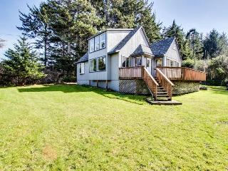 Dog-friendly home w/ ocean views & private hot tub - close to beach!, Coos Bay