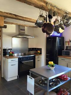 Fully fitted kitchen. Oven,hob. Microwave, Fridge freezer. Toaster. All modcons !