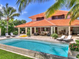 Breezy Tropical Villa with Ocean Views, Swimming Pool, Maid/Butler/Private Drive