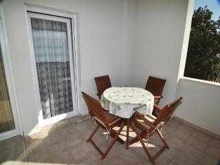 Apartment Mandi 2 -  70 m from the beach, Okrug Gornji