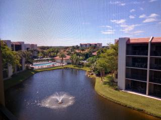 Walk to the beach from this 1BDR, 1.5BTH Condo, Jupiter