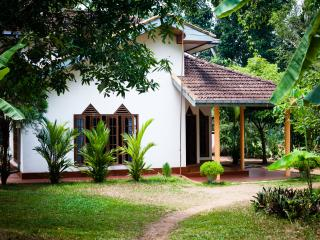 Cozy 2 bedroom house in jungle, close to beach, Hikkaduwa