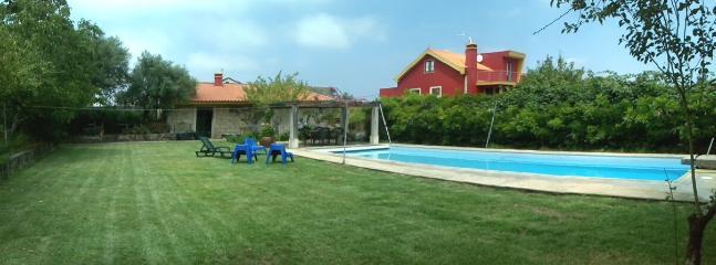 Het pand, het gazon, het huisje en de villa.